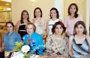 Gabriela Carrión Castro,  Ángela García de Cardona, Verónica Villarreal, Alejandra Calderón de Silos, Adriana Castro de Silos,  Julias Solís y Mariana Bojórquez acompañaron a Victoria en su festejo.
