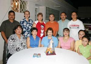 Imelda Leyva Rodríguez, acompañada de algunos asistentes al convivio que le ofreció en días pasados