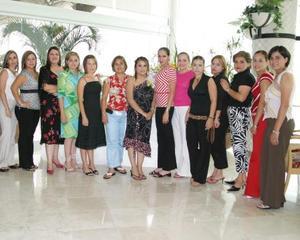 Ana Marcela Camarilo Barrios rodeada de un grupo de amigas, en la despedida de soltera que le ofreció su mamá, Beatriz Barrios de Camarillo