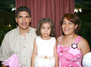 Abigaíl Vazquez Rivera en compañía de sus papás, en la fiesta que le ofrecieron por su quinto cumpleaños