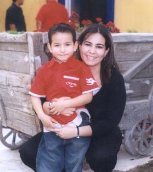 El  pequeño Jorge Chaib Verdeja con su tía Rosario  Chaib López Romo, captados en pasado festejo social