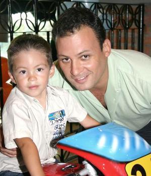 Diego Haro Robles en su fiesta de cumpleaños, junto a su papá Rodolfo Haro Pámanes