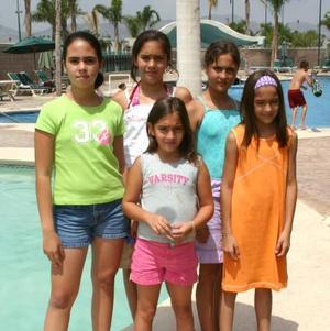 María González Salmón, Luciana Veyán Salmón, Florencia Castellanos, Paulina Veyán Salmón y Regina González Salmón.
