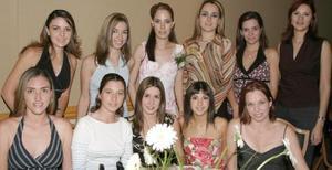 Ana Cecilia Gallegos Valencia acompañda de algunas asistentes a su despedida de soltera.