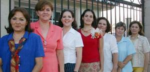 Cecilia Ortiz en compañía de las organizadoras de su despedida de soltera.