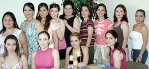 Ivette Andrade Casillas, en compañía de algunas asistentes a su despedida de soltera.
