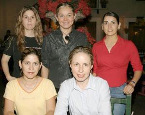 <i><u> 03 de julio</i></u><p> Juanis Rodríguez acompañada de sus amigas Martha Alanís, Verónica Olague, Mariana Viesca y Mayra Rodríguez, quienes la acompañaron en su última despedida de soltera.