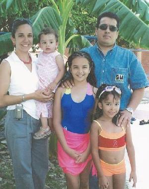 <i><u> 03 de julio </i></u><p>  Pamela Luna Maya acompañada de sus papás , Pedro Luna Sánchez y Almendra Maya de Luna y de sus hermanas Ana Sofía y Julia Luna, en su fiesta de cumpleaños.