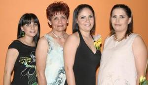 Claudia Cristina Montañez Rivera, en compañía de algunas invitadas a su despedida de soltera.