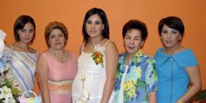 Cristina Albenis de Ortega,a compañada de algunas asisitentes a su fista de canastilla.
