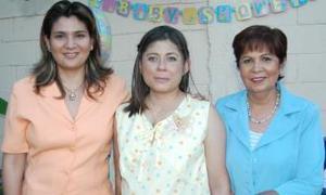Dalila Nava de Murillo junto a Cecilia Murillo y Elisa de Murillo, organizadoras de su fiesta de canastilla.