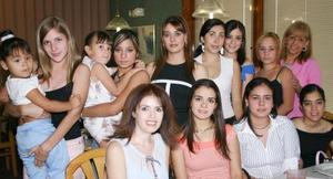 Margarita Arratia, acompañada de algunas asistentes a su despedida de soltera.