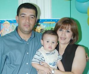 El pequeño Mario Alberto Velverde Maqueda con sus papá , Luis Mario Valverde López y Elia Aurora Maqueda de Valverde, en su fiesta de primer cumpleñaos.
