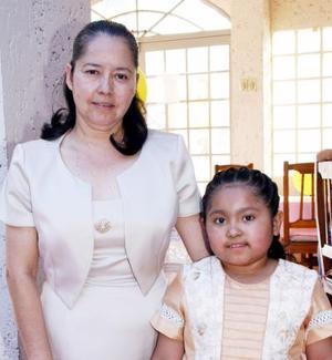 Raquel Saldaña Márquez junto a su mamá Raquel Saldaña, en el festejo que le ofreció por su octavo cumpleaños.