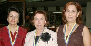 Rosa de Carrillo, Elba de González y Laurita de Luévanos recibieron de manos de sus respectivos esposos rotarios, la presea Paul Harris.