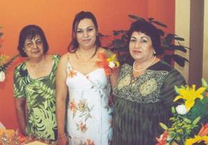 Érika Ibarra Flores junto a Olivia Flores de Banda y Virginia Flores Saavedra, en la despedida de soltera que le ofrecieron por su próxima boda con Arturo Banda Flores.