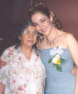 Idalia en compañía de su mamá, Esperanza Flores.