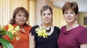 Ninfa Villarreal Martínez acompañada de Lupita Fuentes de Cabarga y Ninfa Martínez de Villarreal, organizadoras de su despedida.