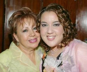 Paty con su mamá, Gloria Martínez de Hernández.