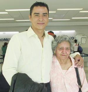 <u><i>04 de julio</i></u><p>  Jorge Nieto fue despedido por Plácida Polanco, antes de viajar a la Ciudad de México.