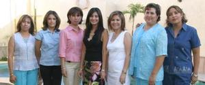 Lissette Díaz  Moreno acompañada de sus tías, en su despedida de soltera.