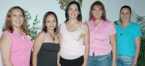 Cecilia Ortiz Saborit en compañía de Marta Olivares, Caro Betancourt, Daniela Blásquez y Magda Frías, organizadoras de su despedida de soltera.