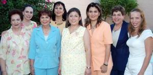 Dalila Nava de Murillo, acompañada de algunas de las asistentes a su fiesta de regalos.