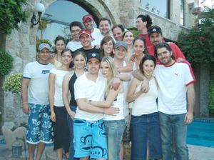 Luis Fernanado Salazar Fernández y KArla Villarrel Villarreal acompañados por un grupo de amigos, en la despedida de solteros que les ofrecieron en días pasados en casa de Mario Villarreal.