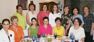 Mónica Cortés Goeva, acompañada de algunas de las invitadas a su despedida de soltera.