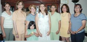 <i><u> 06 de julio</i></u><p>  Norma Kwawikc, en compañía de algunas de las asistentes a su fiesta de regalos para bebé.