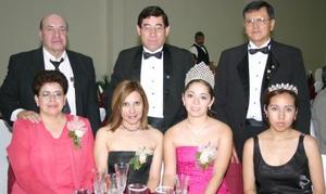 Hugo Blanco, Pedro Herrera, Luis Martínez, Laura de Herrera y rosy de Martínez, acompañados de la reina y princesa del club, Ariana I y Karla I, respectivamente.