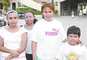 Lizeth, Gabriela y Rubén Rivas Jiménez de Rivas.