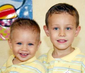 Rodrigo González García Blanco cumplio su primer año de vida y lo festejó con una divertida merienda,  lo acompaña su hermanito Richie.