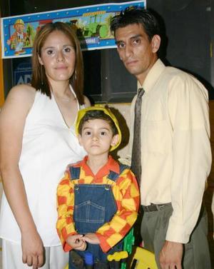 Ian Emiliano Beltrán  García el día que celebró su tercer cumpleaños acompañado por sus padres