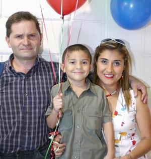 Luis Gustavo Sánchez Banda  acompañado de sus papás Luis Gustavo Sánchez y Laura Esperanza Banda en su fiesta de cumpleaños