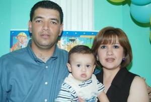 Luis Mario Valverde y Elia Aurora Maqueda con su hijo  el día de su primer cumpleaños de vida