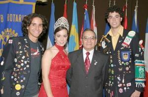 Javier Ruiz Rodríguez, nuevo presidente del Club Rotario de Torreón y Mariana I, reina de la feia, acompañados de Alexander Roder y Jiovany Muratori.