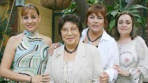 Nina de Ríos acompañada por maría Esther Valdés de Ríos, Velia Ríos de Berlanga y Adriana de Ríos, en el festejó que le ofrecieron por su 70 aniversario de vida.