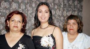 <u><i>05 de julio </u></i><p>   Liliana Torres García en compañía de las organizadoras de su despedida de soltera, María García Gallegos y María del Socorro García de Rojas.