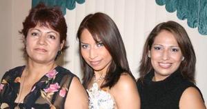 Alejandra Muñoz Castrellón, acompañado por las organizadoras de su fiesta de despedida de soltera.