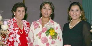 María Teresa Gutiérez Encino acompañada de Bertha de Bretado y María Teresa de Ruvalcaba, en su despedida de soltera.