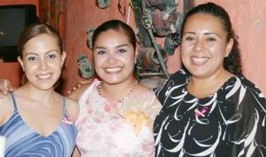 Selene Salazar Castro en compañía de Aurora Medina y Rita Castillo de Vázquez, organizadoras de su despedida de soltera.