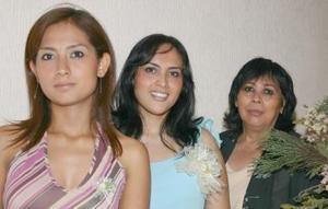 <u><i>06 de julio </u></i><p>   Volga Berenice Rosales en compañía de las organizadoras de su despedida de soltera, Olga Ortiz de Rosales y Cinthia Rosales Ortiz.