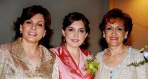 La futura novia en compañía de Geraldina Valdés de González y Leticia Alcázar de Martínez.