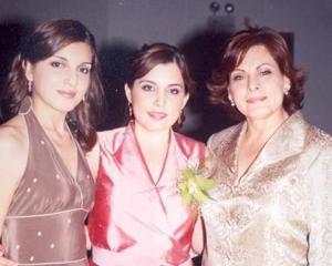 Paola acompañada de Lorena González Valdés y Geraldina Vardés de González, su hermana y mamá, respectivamente.