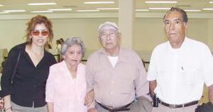 L Alfonso Peniche y Placidá Polanco viajaron a Mérida y fueron despedidos por Leydi Peniche y Marciano Nieto.