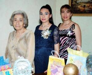Armida Nájera de Zavala, acompañada por las anfitrionas de la fiesta de regalos que le ofrecieron en días pasados.