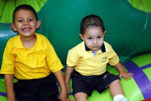 Héctor Andrés y Luis Fernando García Alanís cumplieron cinco y dos años de vida, respectivamente y lo festejaron con un divertido convivio.