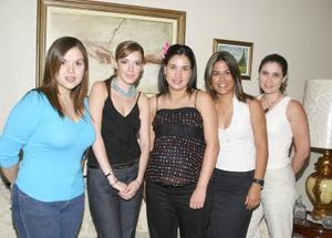 Cristina Albeniz de Ortega con sus amigas, en la fiesta de canastilla que le prepararon por el cercano nacimiento de su primer bebé.