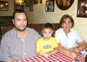 Fernando Chapa, Rocky Galiano y Rocío de Chapa.